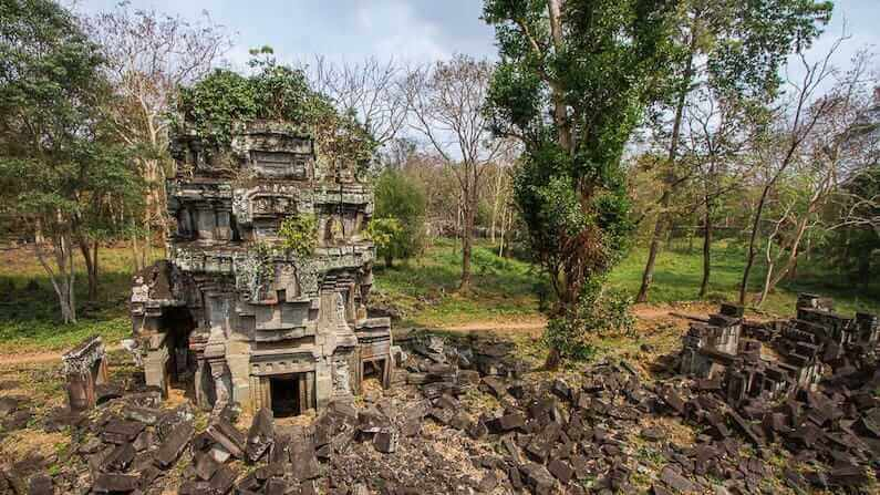 Visiting the Cambodian temple of Preah Khan Kompong Svay (Prasat Bakan)